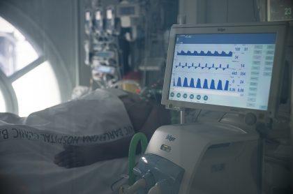 Hombre con respirador ilustra nota de paciente con COVID-19 que desconectó a otro porque le molestaba el ruido