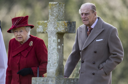 La reina Isabel II y su esposo en misa en Iglesia de San Pedro y San Pablo, ilustra nota de lista de chistes de mal gusto' del príncipe Felipe de Edimburgo que revivieron tras su muerte.