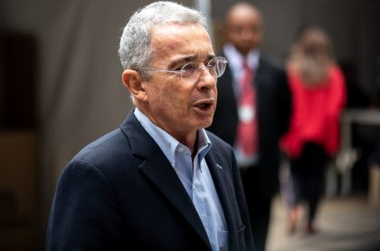 Álvaro Uribe Vélez ilustra nota sobre que aceptaron a ex de Monsalve como víctima en caso del expresidente