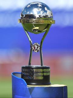 Copa Sudamericana: grupos para Deportes Tolima y Equidad en fase de grupos. Imagen del trofeo del torneo.