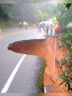Imagen de la vía Medellín-Bogotá que se desfondó; carretera fue cerrada por el momento