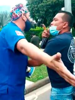 Paramédicos pelearon y herido se fue ensangrentado.