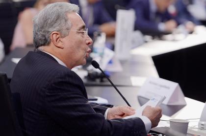 Caso Álvaro Uribe jueza suspendió audiencia mientras se decide sobre víctimas. Foro Concordia, Miami, 2016.
