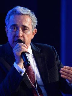 Álvaro Uribe en la Cumbre Concordia 2014 ilustra nota sobre se declaración en caso de soborno a testigos donde dijo que no ha mentido y defendió a sus abogados Diego Cadena y Jaime Lombana.