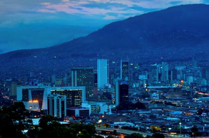 Foto de Medellín ilustra nota sobre pico y cédula y más medidas