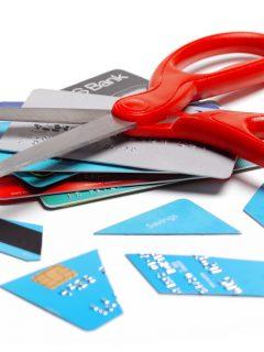 Denuncia de una mujer que quiso entregar una tarjeta de crédito en Bogotá.