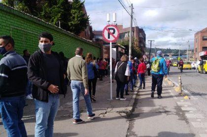 Algunos ciudadanos han denunciado nuevas aglomeraciones y largas filas en los puntos de vacunación contra el COVID-19 en Bogotá.