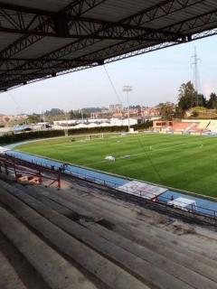 Pancarta de Águilas Doradas que no mostró Win Sports. Imagen de referencia de estadio de Rionegro.