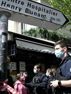Policías frente al hospital Henry Dunant, de París.