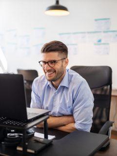 Foto de hombre en su computador ilustra nota sobre ofertas de empleo en Bancolombia
