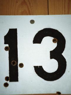 Foto de un trece ilustra nota sobre el martes y viernes 13