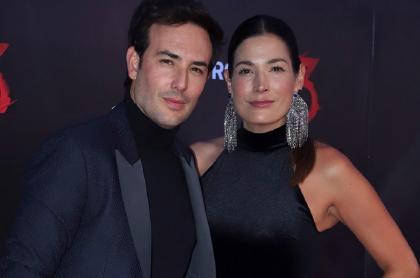 Sebastián Martínez y Kathy Sáenz, en estreno de 'Rosario Tijeras' 2019, ilustran nota sobre qué opina la actriz de que su esposo se de besos con otras en televisión.