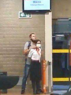 Captura de pantalla de video de hombre que tomó a azafata como rehén y amenazó con explotar bomba, en Brasil