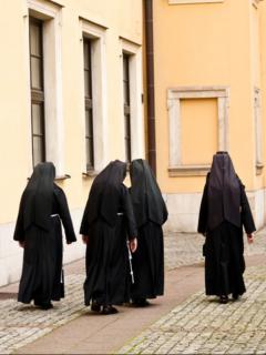 Monjas de espalda, ilustran nota de Aplazan juicio contra monjas que callaron abusos sexuales contra niños sordos