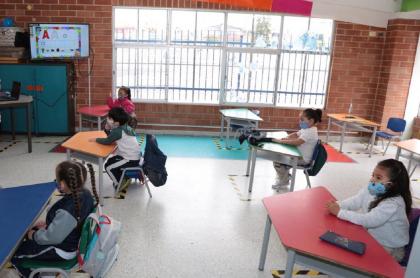 imagen que ilustra el aislamiento de 3 colegios en Bogotá