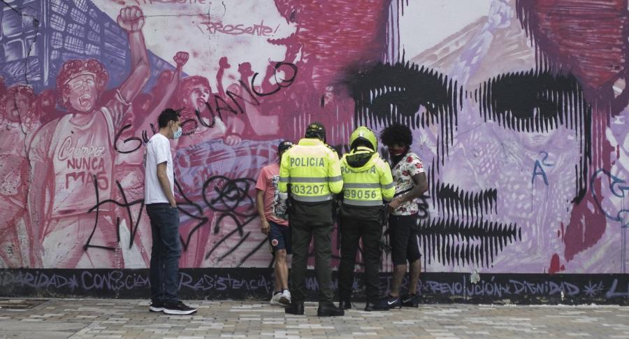Capturan a policías por supuesto robo a un comerciante de Bogotá.