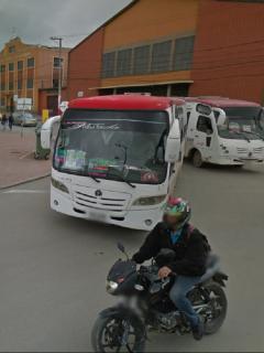 Foto de notos, buses y personas en parque principal de Soacha, a propósito que la Alcaldía decretó toque de queda nocturno y prohibió parrillero en moto.