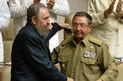 En el año 2003, en La Habana, Raúl Castro, entonces primer vicepresidente de Cuba y ministro de las Fuerzas Armadas cubanas, trata de levantar los brazos de su hermano Fidel Castro (Izq.), elegido presidente del Consejo de Estado y del Consejo de Ministros de Cuba por unanimidad del Parlamento.