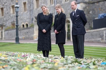 El príncipe Eduardo de Gran Bretaña, conde de Wessex; la británica Sophie, condesa de Wessex, y su hija, la británica Lady Louise Windsor, ven flores fuera de la Capilla de San Jorge, en el Castillo de Windsor, oeste de Londres, el 16 de abril de 2021, en medio de los preparativos para los funerales del príncipe Felipe de Gran Bretaña, duque de Edimburgo.