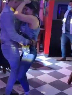 Imagen de la pareja captada bailando durante intervención a fiesta clandestina, en Chapinero (Bogotá)