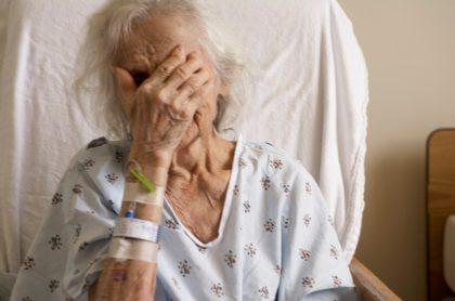 Anciana hospitalizada, ilustra nota de joven negra en EEUU golpea brutalmente a anciana latina porque parecía asiática
