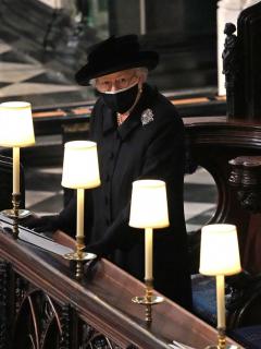 """La reina Isabel II dio el último adiós al príncipe Felipe, su """"fuerza y apoyo"""", en un sobrio funeral estilo militar con mascarillas y pocos invitados."""