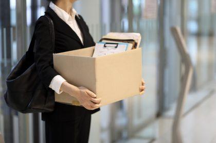 Mujer despida del trabajo ilustra nota sobre que una empresa no puede justificar un despido diciendo que eliminó cargo