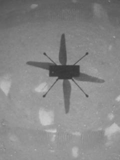 El helicóptero Ingenuity Mars de la NASA capturó esta toma mientras flotaba sobre la superficie marciana el 19 de abril de 2021,