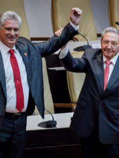 El entonces presidente cubano Raúl Castro (derecha) levanta el brazo del nuevo presidente de la isla, Miguel Díaz-Canel, luego de que fuera nombrado formalmente por la Asamblea Nacional, el 19 de abril de 2018. Este lunes, Díaz-Canel fue elegido también Primer Secretario del Comité Central del Partido Comunista, en remplazo de Castro.