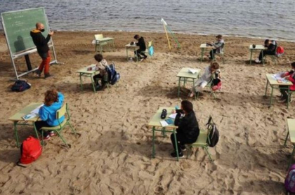 Colegio en España traslada aulas de clase a la playa para proteger a alumnos