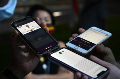 Imagen de teléfonos móviles ilustra artículo Facebook agregará podcasts y otros productos de audio a su plataforma