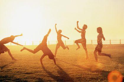 Imagen de niños jugando, que ilustra la celebración del Día de la niñez
