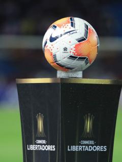 Foto de un balón ilustra nota sobre los premios de la Copa Libertadores de América