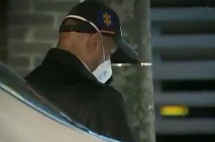 Imagen de la inspección del cuerpo de un hombre que murió durante balacera en Bogotá, este miércoles