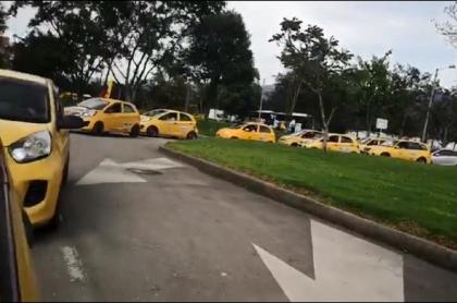 Imagen del grupo de taxistas que protesta en Bogotá, y que se dirige hacia el aeropuerto El Dorado por la calle 26