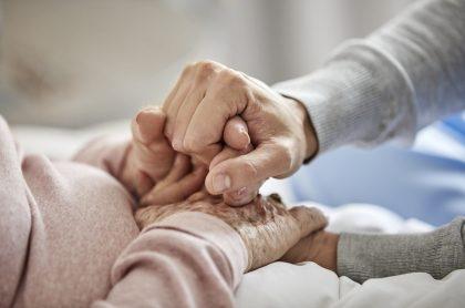Variante de coronavirus se propagó en hogar de ancianos pese a vacunación