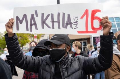 Un manifestante protesta por la muerte de una menor de 16 años, baleada por un policía en Ohio.