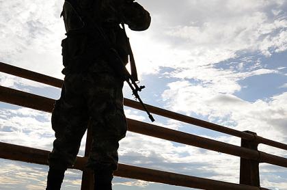 Imagen de hombre armado ilustra artículo Disidencias deben considerarse un incumplimiento de Farc: canciller