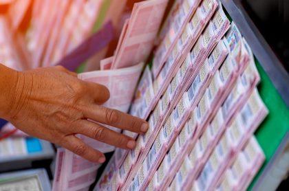 Boletos de lotería ilustran nota sobre qué loterías jugaron anoche y resultados de las loterías de Valle, Manizales y Meta.