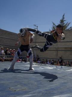 Luchadores mexicanos participan en el salón de la fama clandestino del patio trasero, montado por el organizador de lucha extrema Zona 23, que rinde homenaje al luchador Israel Montiel León, 'Ovett', que murió de COVID-19 en febrero de este año a los 44 años.