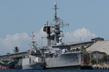 Barcos de la armada de Indonesia se suman a la búsqueda del submarino.
