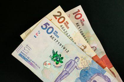 Imagen de billetes colombianos, a propósito de cuándo pagan la devolución del IVA
