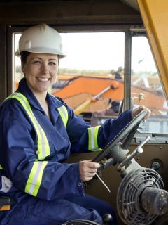Mujer en maquina de construcción ilsutra nota sobre trabajo para mujeres en Engativá