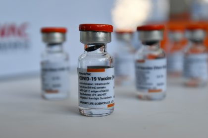 Vacunas de COVID-19 de Sinovac ilustran nota sobre que ese laboratorio no venderá vacunas a empresas privadas