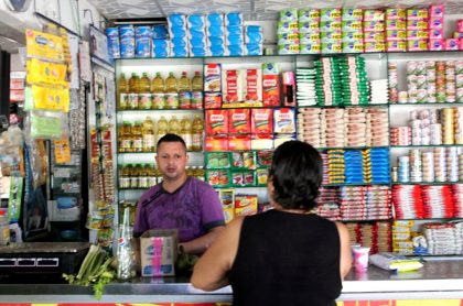 Lácteos pierden terreno y licores lo ganan en tiendas de barrio de Bogotá