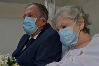 Abuelos que se casaron en clínica en la que superaron el COVID19