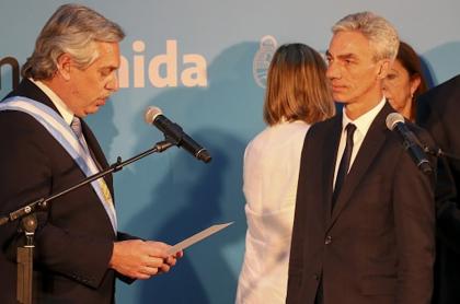 Mario Meoni (d) presta juramento ante el presidente Alberto Fernández.