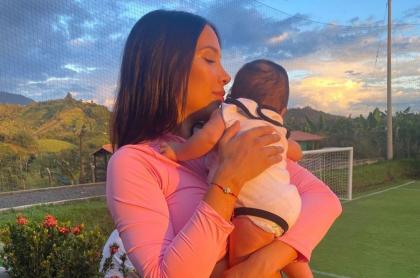 Luisa Fernanda W, 'influenciadora', junto a su bebé Máximo.