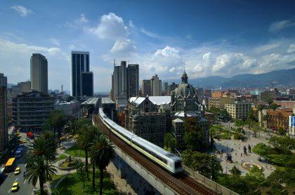 Imagen de referencia del metro elevado de Medellín en la estación Parque Berrio, frente a la Plaza Botero. Ilustra nota sobre toque de queda, ley seca, cuarentena y más restricciones que regirán en Antioquia entre el 26 de abril y el 3 de mayo de 2021 para contener la propagación del coronavirus.