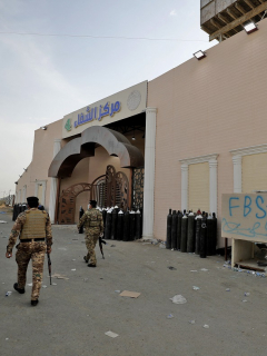 Miembros de las fuerzas de seguridad iraquíes, en la puerta del Hospital Ibn Al-Khatib, en Bagdad, donde el 24 de abril de 2021 una explosión, seguida por un incendio, dejó un saldo de al menos 82 personas muertas y 110 heridas.